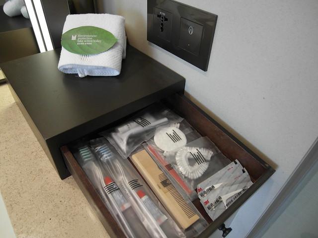 洗手台右方有插座,有個小抽屜,拉開來所有備品都在裡頭@台中日月千禧酒店