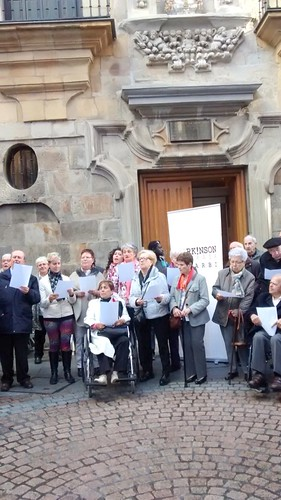 Actuación del coro de Asparbi