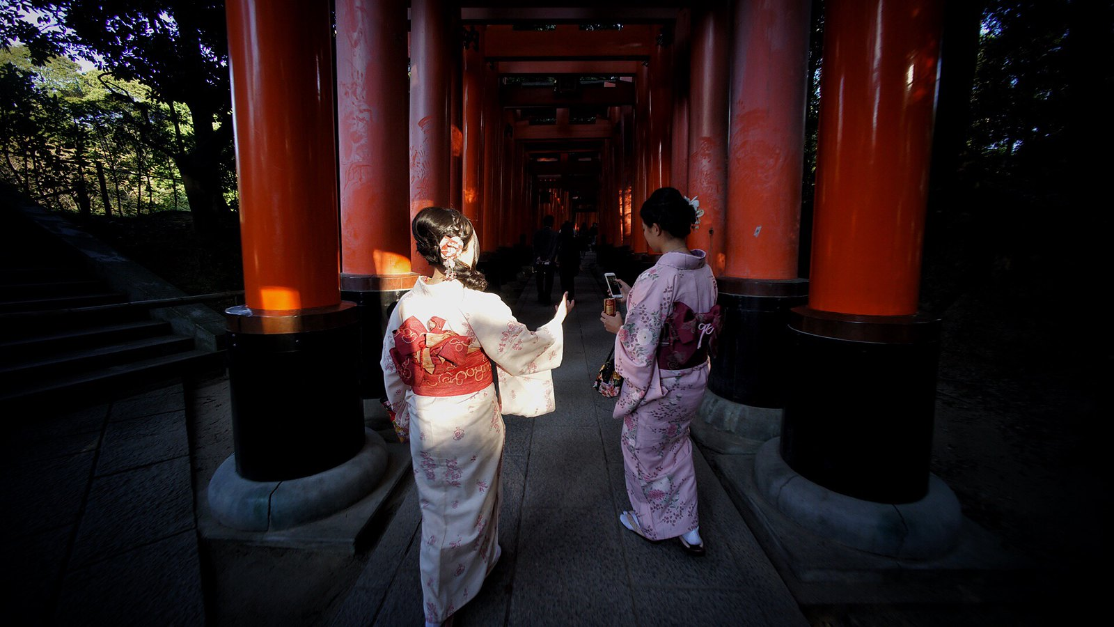"""Take my phone bro"" #inari #Kyoto #japan15 #SonyA7 #Voigtlander12mm"