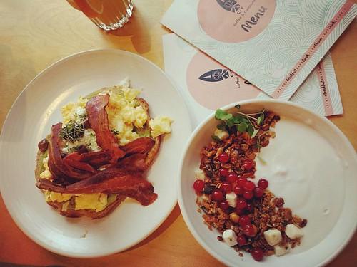 Copieus ontbijt in Amsterdam. Genoeg broodloze opties én overheerlijke granola! 👌💛 #ontbijt #breakfast #healthylife #healthybreakfast #gezondontbijt #oatmeal #havermout #kokosyoghurt #amsterdam #citytrip #ctcoffee #granola #gezondleve