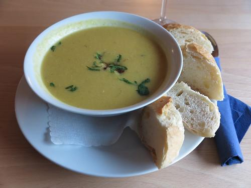 """Vegane Hummus-Suppe mit Sesampaste (im Bistro """"unter Kollegen"""" in Osnabrück)"""