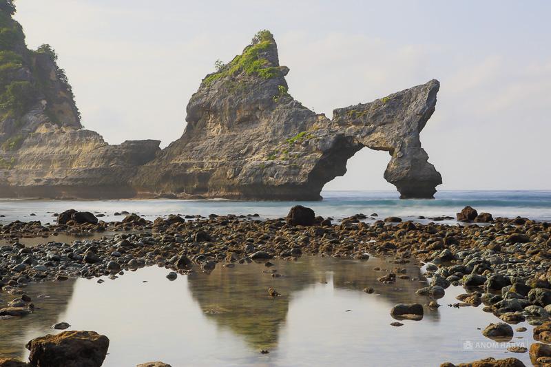 Batu Bolong di Pantai Atuh