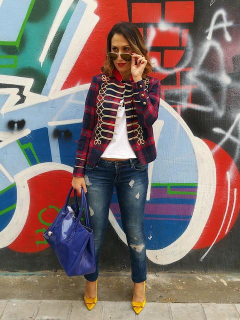 Chaqueta, militar, domador, Beatles, Sgt. Pepper's, jeans, stilettos mostaza, camiseta estampada, klein, bolso, jacket, militar , tamer, jeans, mustard stilettos, printed shirt, bag Mulaya, Berskha, Zara, Ray - Ban, Pull & Bear, Furla,