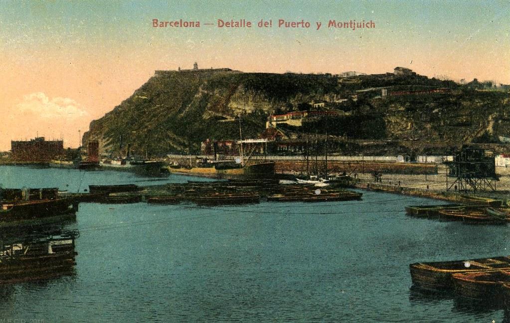Port de Barcelone devant la colline de Montjuic sur une vieille carte postale.