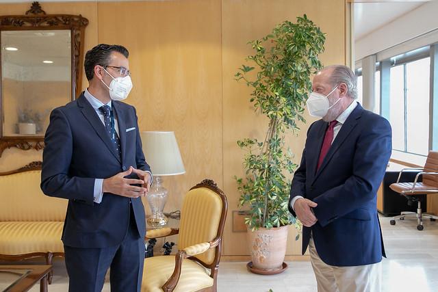 04-090421 El presidente de la Diputación recibe al nuevo director de Telefónica en el Territorio Sur.