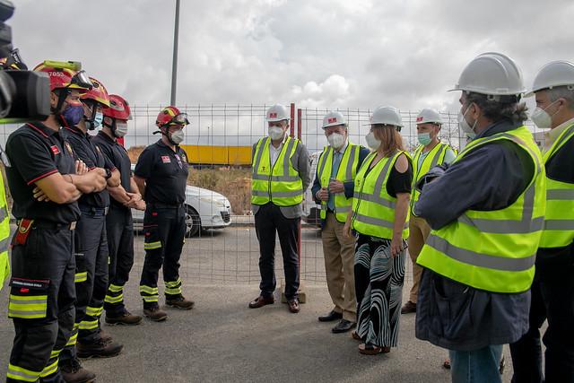 06-170621 El presidente de la Diputación y el alcalde de Mairena del Alcor visitan el nuevo parque de bomberos de la localidad.