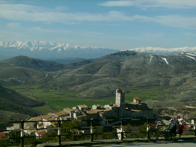 2008.04.01_07.35.37.Castel_Del_Monte_dist=0.1km_alt=1404m_17