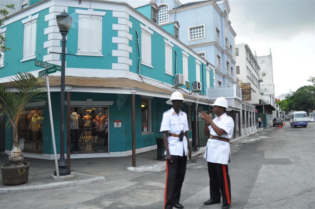Calles de Nassau, Bahamas bahamas - 5966744407 296c79a145 b - Islas Bahamas, cómo moverse y qué no perderse