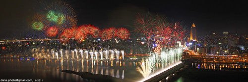 Fireworks at the Dadaocheng wharf 2011 大稻埕煙火節 | by *dans
