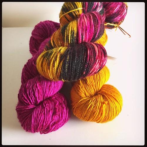 """Viime viikolla laitoin puotiin muutaman ylläripaketin, mm. tämän oman suosikkini, nimeltään """"Tulisilla hiilillä"""". Ensi viikolla ehkä muutama ylläripaketti lisää! #yarngrimoire #lankaa #yarngrimoireylläripaketti #tulisillahiilillä #semmarit #yarn #pink #ye"""