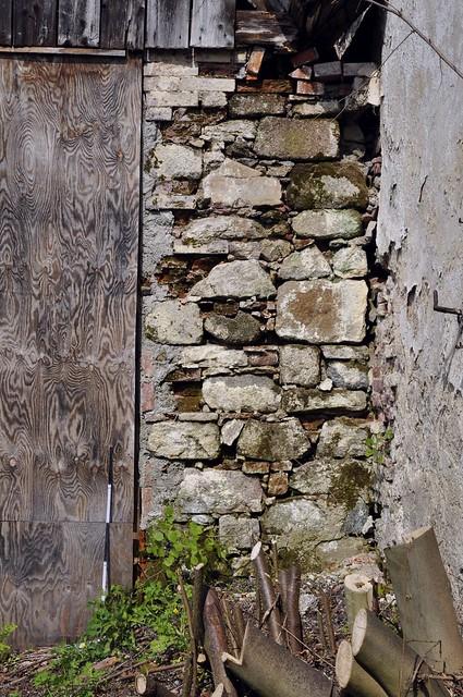 Milevsko, románské fragmenty v hospodářském dvoře