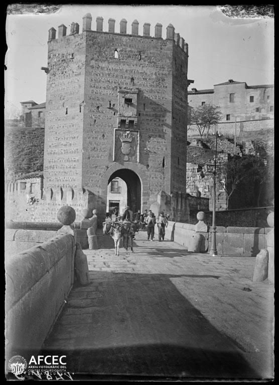 Puente de Alcántara en Toledo a comienzos del siglo XX. Autor Desconocido   © Centre Excursionista de Catalunya