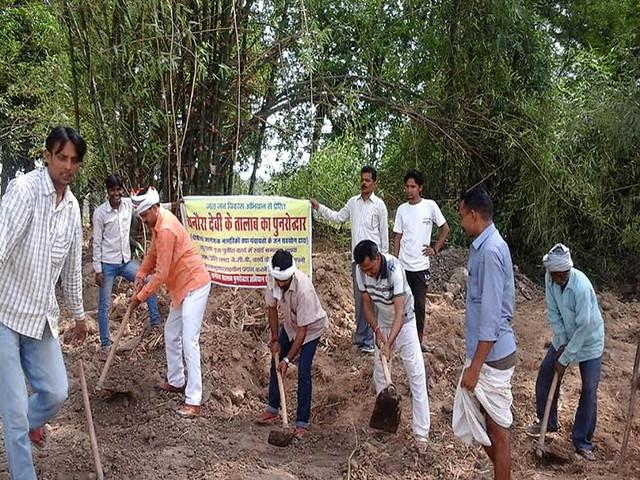 चनौरा तालाब के पुनरोद्धार में लगे सामाजिक कार्यकर्ता