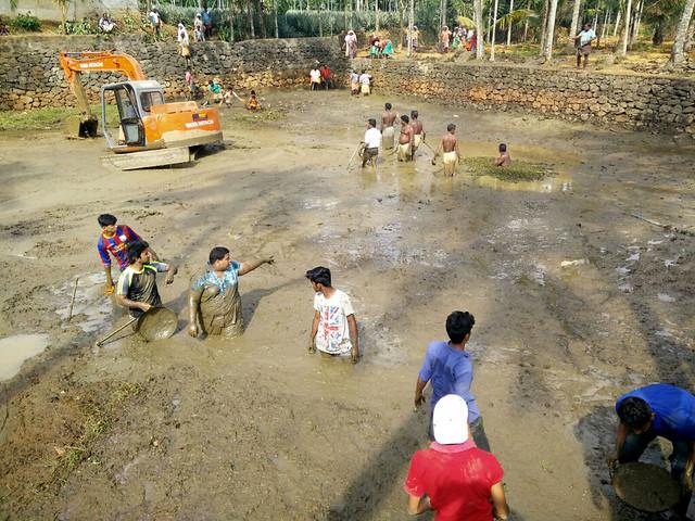 तालाब की सफाई करते अनबोडू कोच्चि की टीम व ग्रामीण