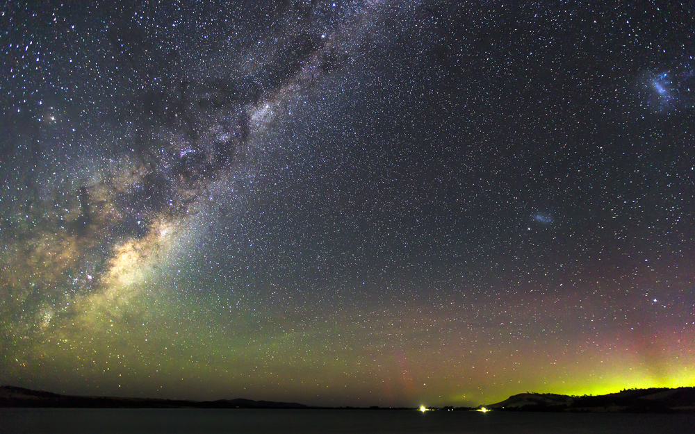 travelingmorioncom-aurora_australis_and_milky_way_at_cremorne_in_tasmania_australia-574827a535c7f