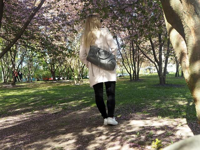candygirloutfitP5124959,candygirlcherrytreeparkP5124953,candygirloutfitP5124939, candy girl, pink, light pink, vaaleanpunainen, takki, pink coat, japanese style garden, japanilaistyylinen puutarha, roihuvuori, helsinki, suomi, finland, asukuvat, outfit pictures, muoti, fashion, cherry trees, kirsikankukkapuut, kirsikkapuut, kukat, flowers, blossom, pastellin värinen, pastel color, cherry park, kirsikka puisto, kiriskankukka puut, pink jacket, may, toukokuu, spring, kevät, valkoiset tennarit, lenkkarit, nike, nike air force 1, harmaa laukku, gray bag, balenciaga, vaaleat pitkät hiukset, blond long hair,