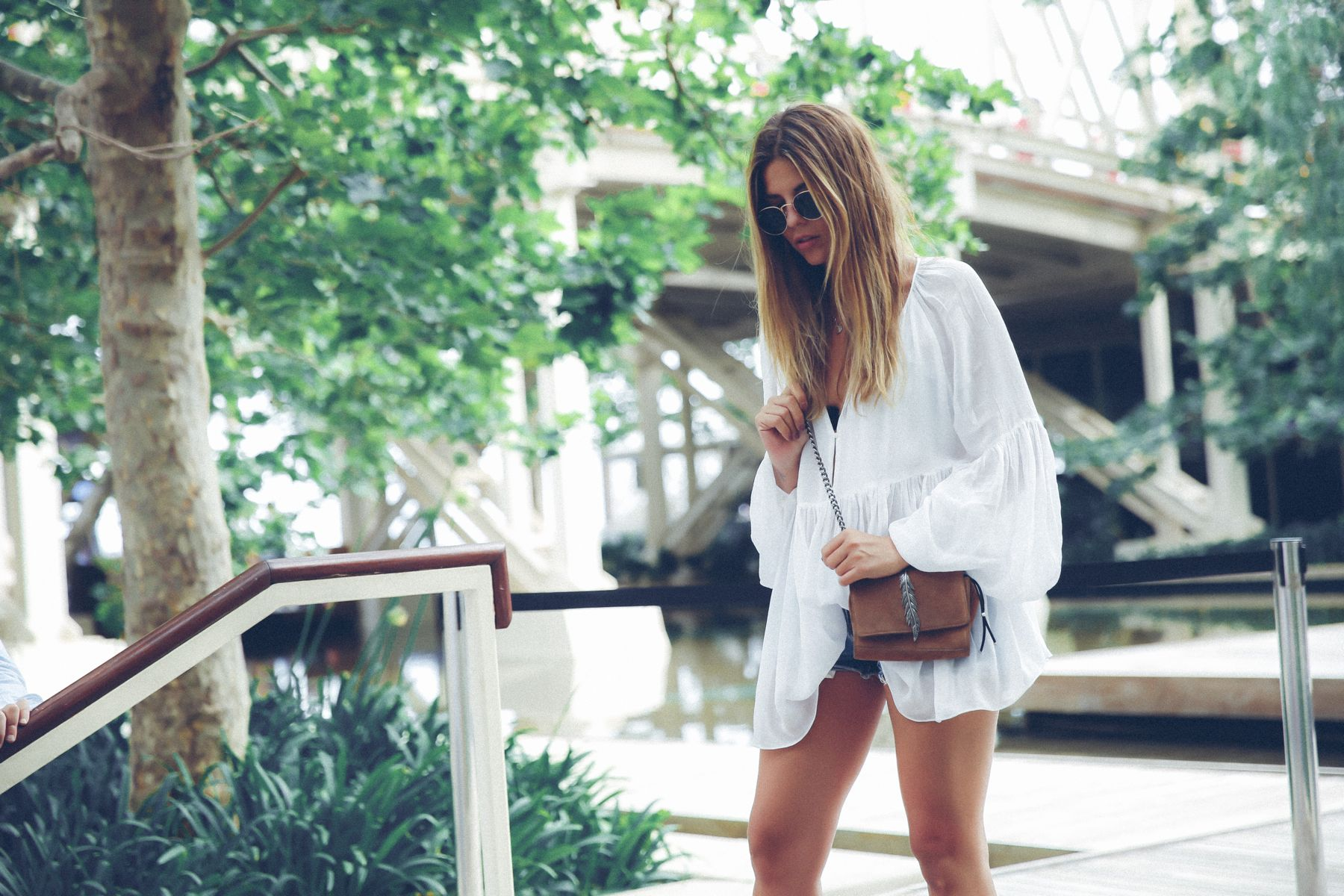 outfit look primavera spring street style trendy taste inspiration dress vestido casual blusa blouse shorts vaqueros jeans denim zuecos clogs UGG australia zara rayban barcelona_3