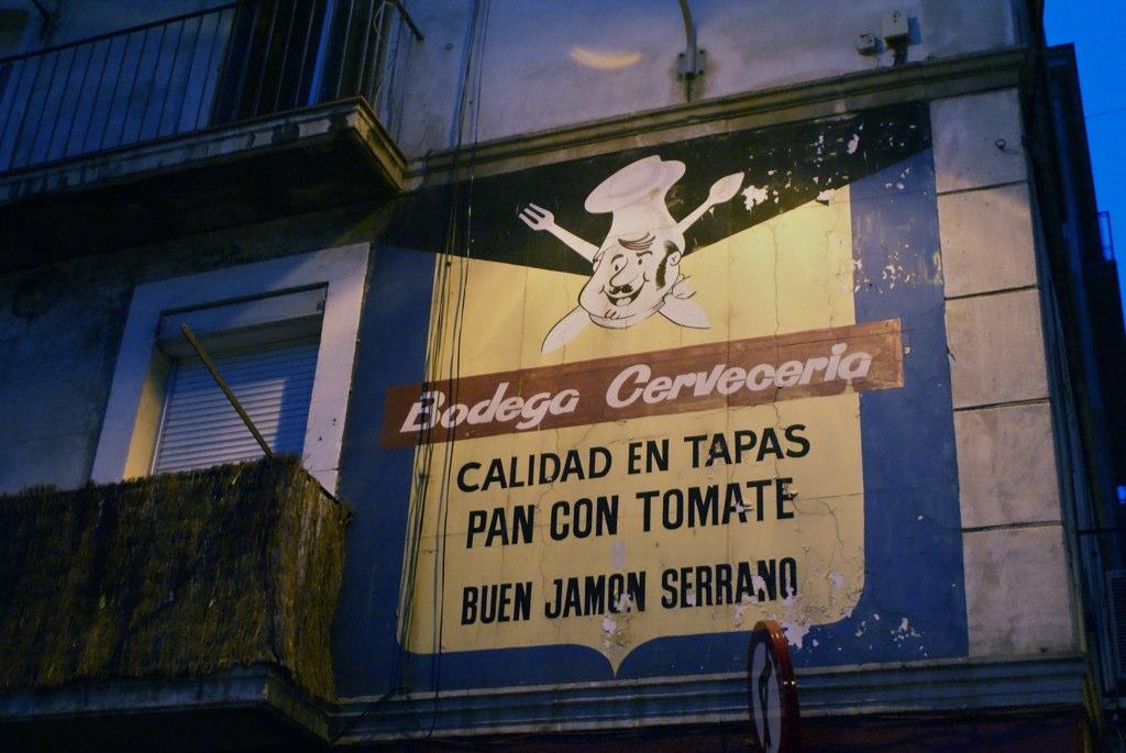 Vieille enseigne sur les murs de Barceloneta.