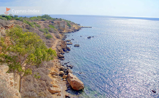 Скалистые уступы под тропинкой, впереди Пещера Циклопа Кипр, Протарас