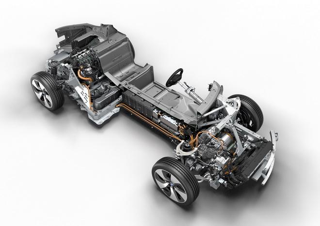 [新聞照片三]BMW i8底盤的鋰電池模組與前置高壓電池組及電動馬達,後置引擎