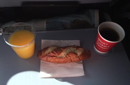 Laugenstange, Kaffee & O-Saft | Air Berlin Flug DUS-MUC