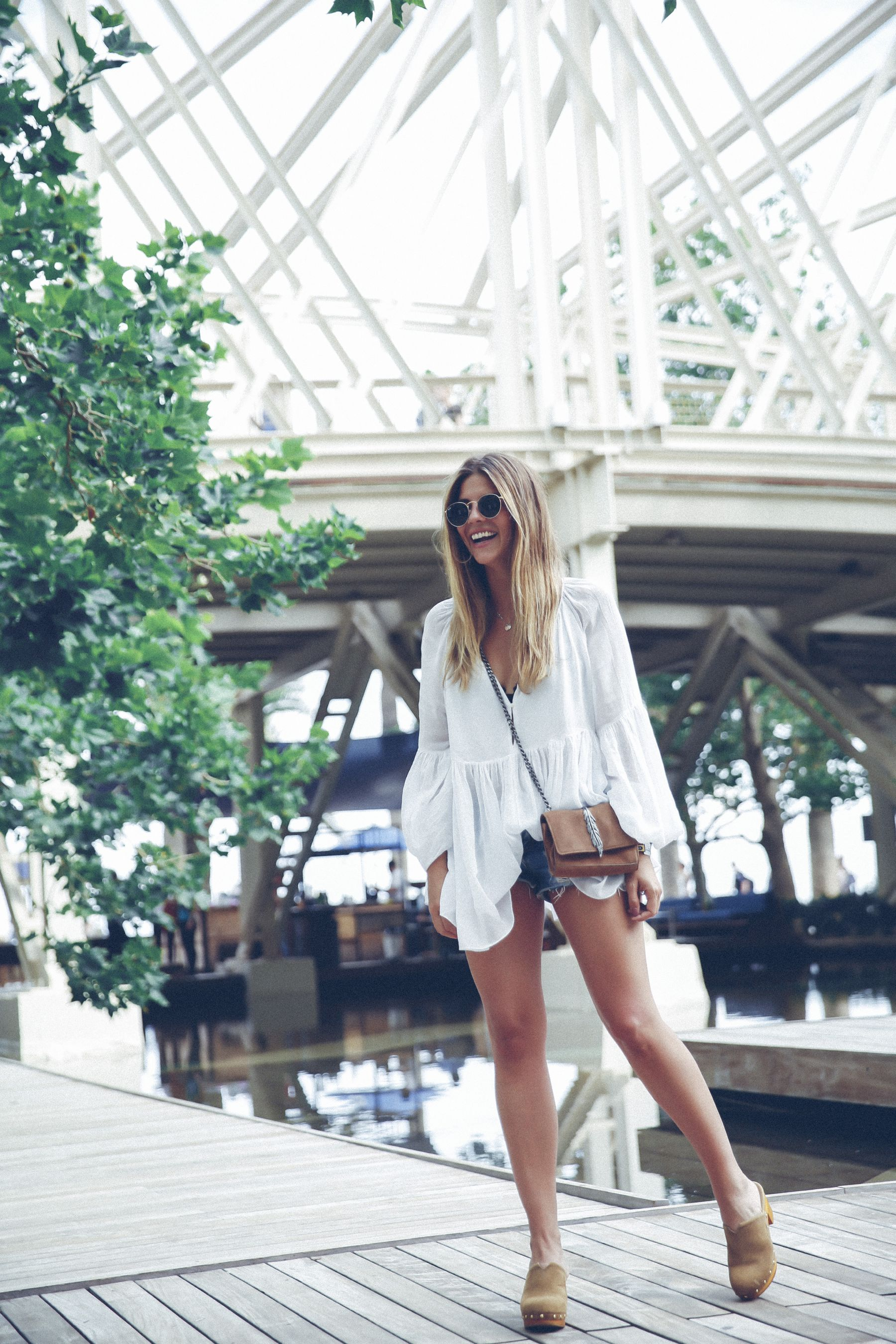 outfit look primavera spring street style trendy taste inspiration dress vestido casual blusa blouse shorts vaqueros jeans denim zuecos clogs UGG australia zara rayban barcelona_22