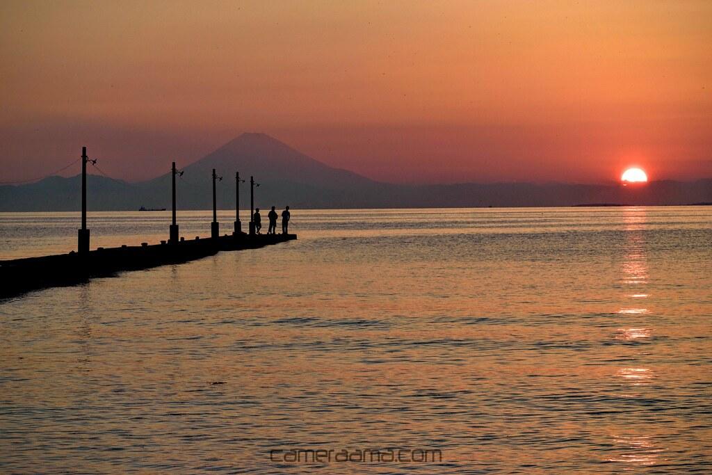 沈む太陽と富士山と素敵な桟橋