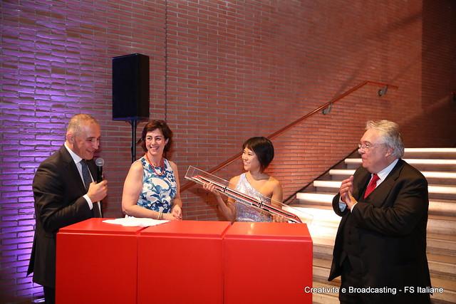 AD FS Italiane R.Mazzoncini e G.Ghezzi Presidente FS consegnano il Premio Frecciarossa 1000 alla pianista Yuja Wang