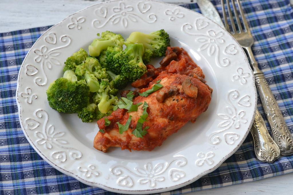 broccoli cu pui si ciuperci in sos de rosii