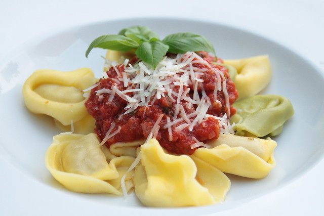 Tortelloni met tomatensaus...