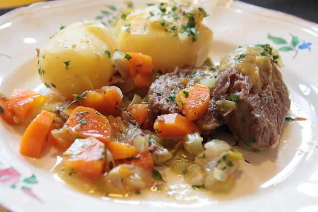 Stoofpot van kalfswang, aardappelen en groenten...