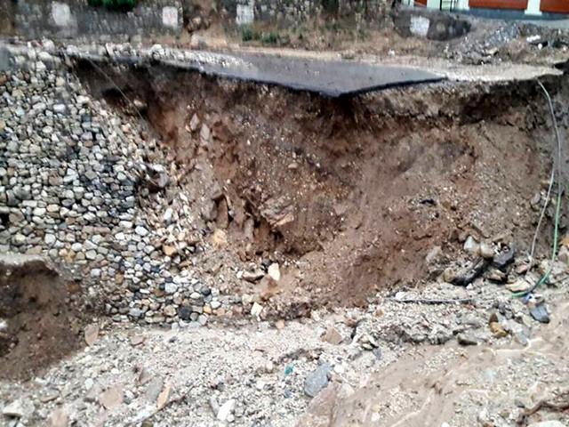 भू-स्खलन से क्षतिग्रस्त सड़कें