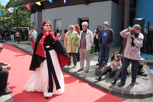 Robe de mariée alternative et cape croisée, Cruella