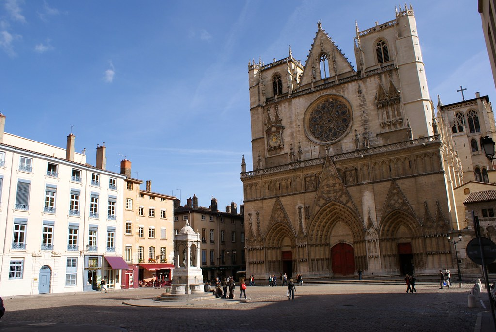 Cathédrale gothique de Saint Jean à Lyon avec la statue de Saint Jean Baptiste sur la place.