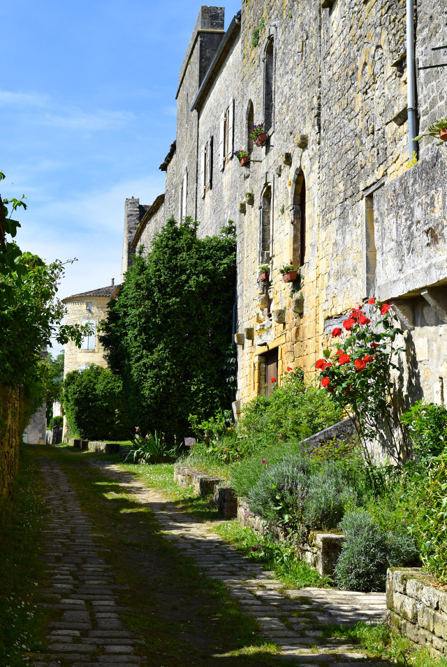 Back Streets of Beaumont-du-Perigod, Dordogne Valley | www.rachelphipps.com @rachelphipps