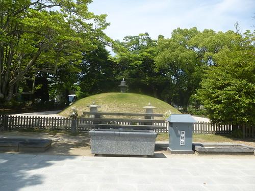 jp16-hiroshima-1945-Tertre funeraire (1)