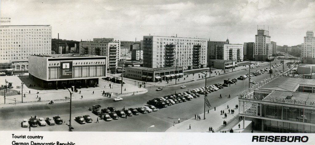 Carte postale de la Karl Marx Allee à Berlin dans les années 60 (?) - Photo de Sludge G