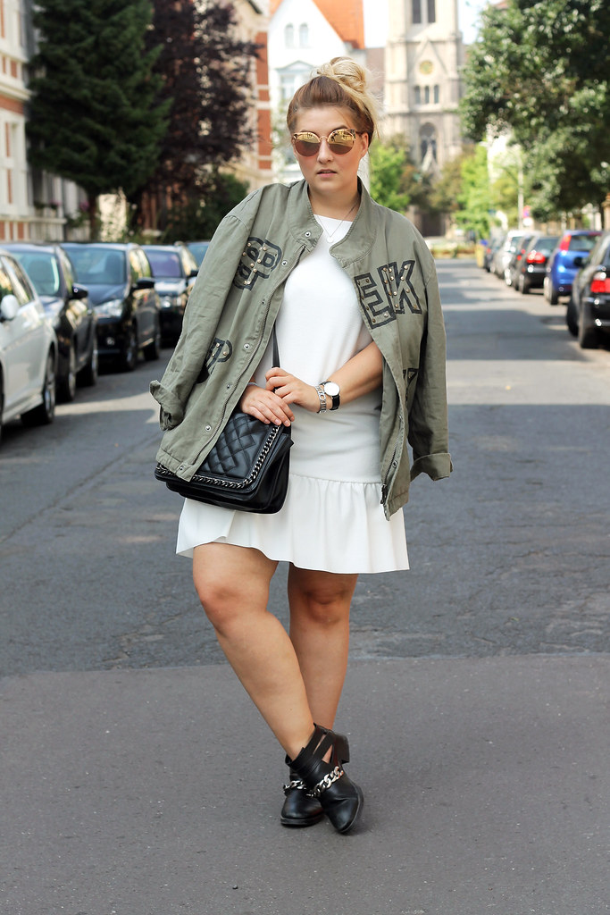 outfit-zara-jacke-military-trend-sommer-look-fashionblog-modeblog-kleid-weiß-boots14