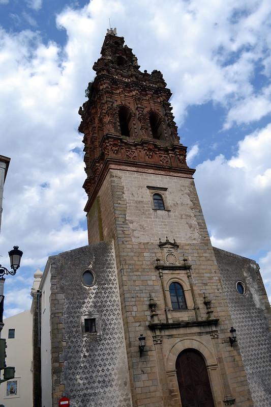Fachada frontal de San Miguel Arcangel en Jerez de los Caballeros