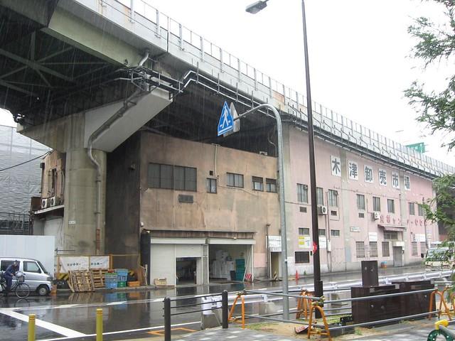 木津市場と阪神高速道路