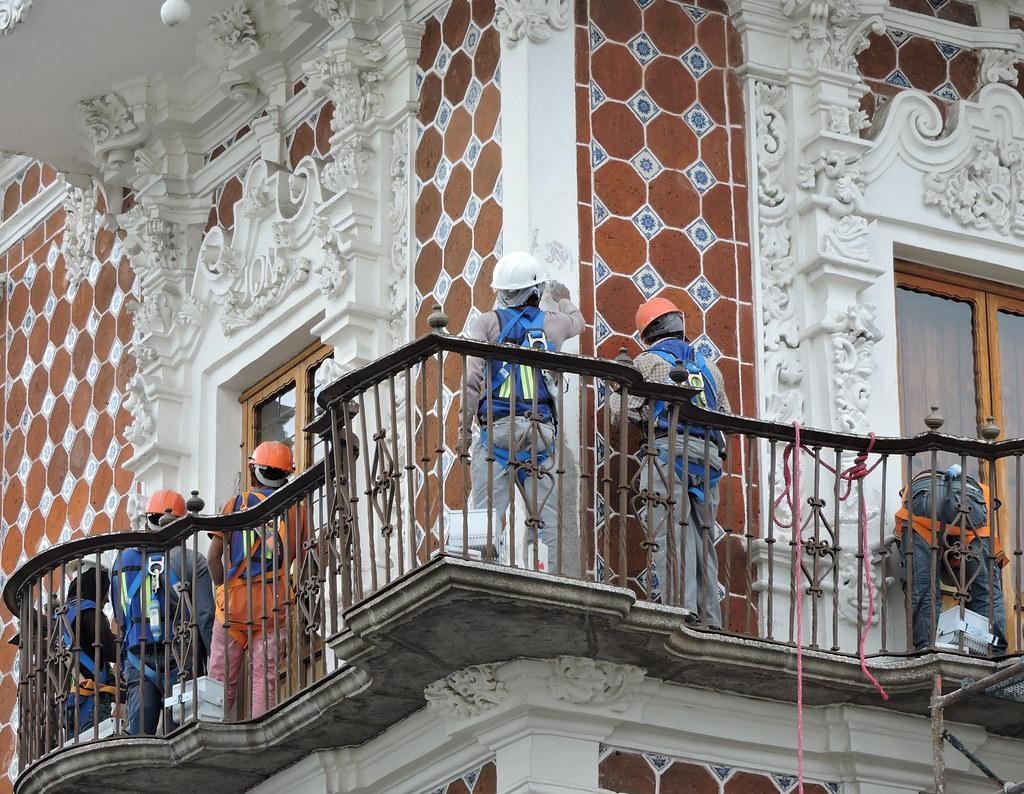 Trabajadores en labores de restauración de Casa de Alfeñique