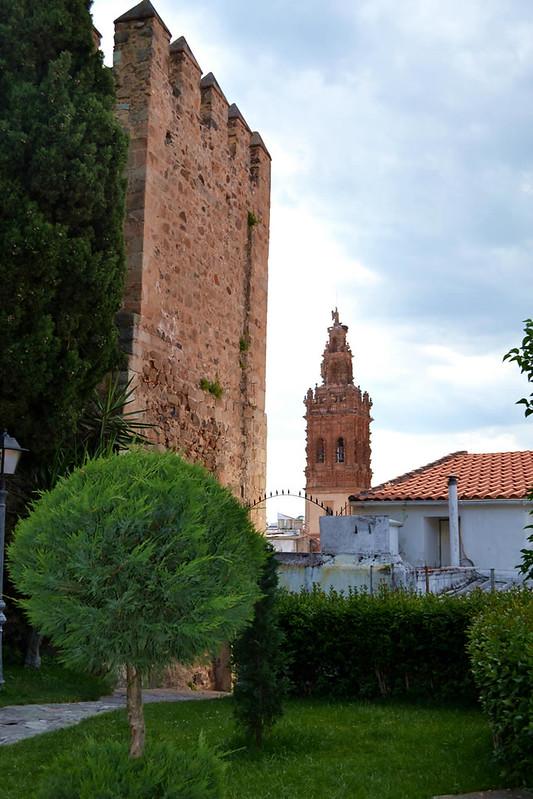 El apacible jardín del castillo y una vista de la Torre de san Miguel.