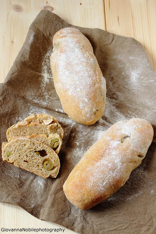 Ricetta dei filoncini di farina semi integrale 2 all'olio extravergine di oliva e farciti con olive verdi