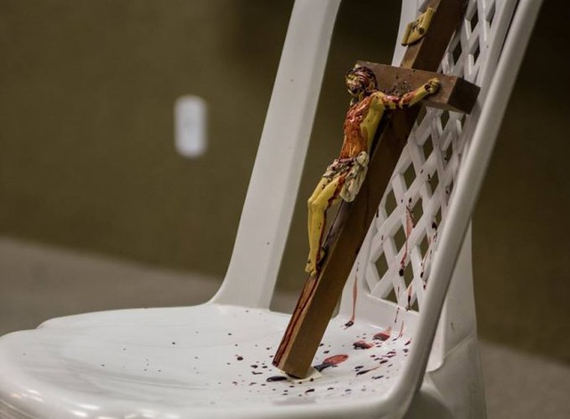 Artista causa polêmica ao ficar nu e derramar sangue em cruz durante apresentação na UFC (5)