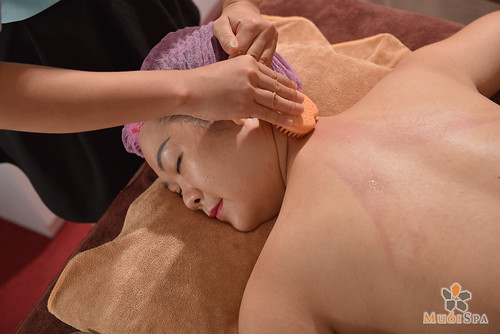 Da dep dang xinh voi lieu phap massage body bang cao thao duoc