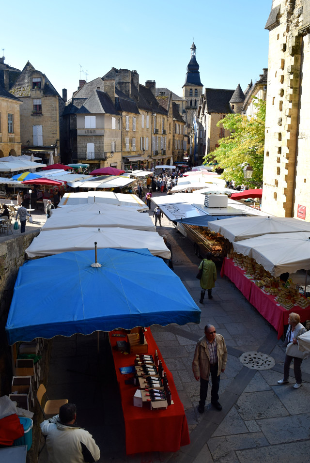 Saturday Morning Market in Sarlat | www.rachelphipps.com @rachelphipps
