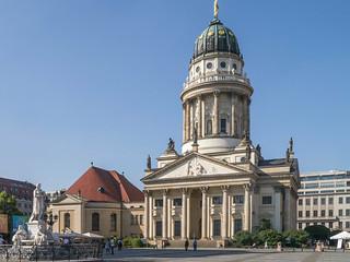 Schillerdenkmal und Französischer Dom am Gendarmenmarkt