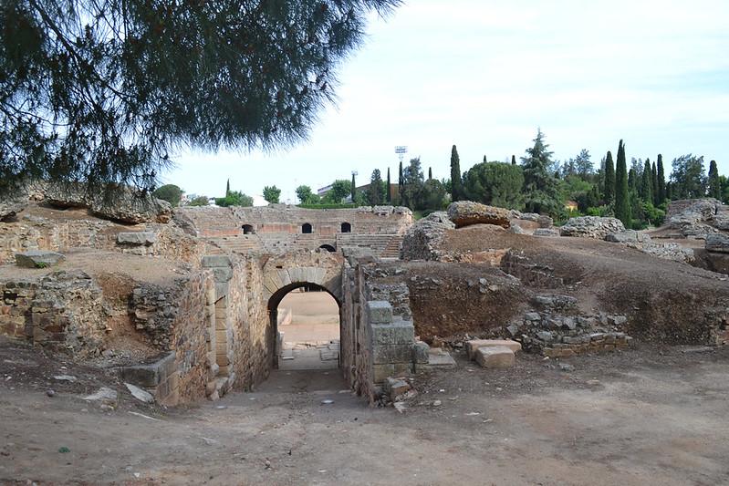 Una de las tres entradas al anfiteatro romano de Mérida