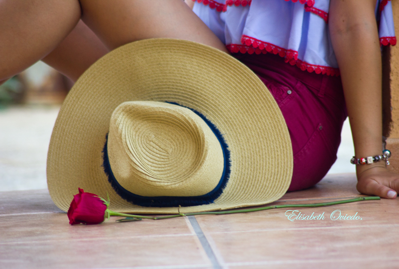 crop top vuelo con shorts rojos HEELSANDROSES sombrero paja cuñas marrones zara (7)