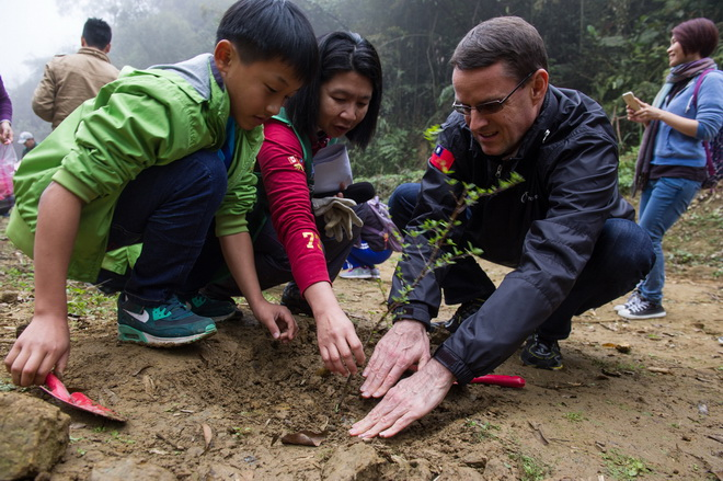 台灣賓士總裁邁爾肯(右)與小朋友在福爾摩沙森林園區一同種下原生樹苗